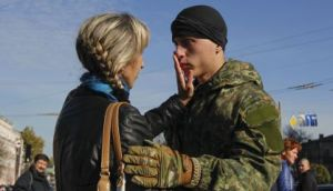 mother says goodbye to soldier son
